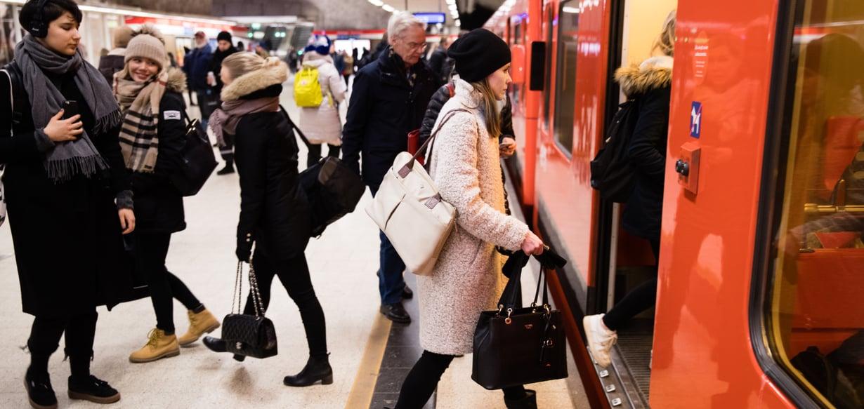 Metrojen ovilla käydään usein hiljaisia valtataisteluita, kuka saa kulkea ensin. Kuva: Juhani Niiranen