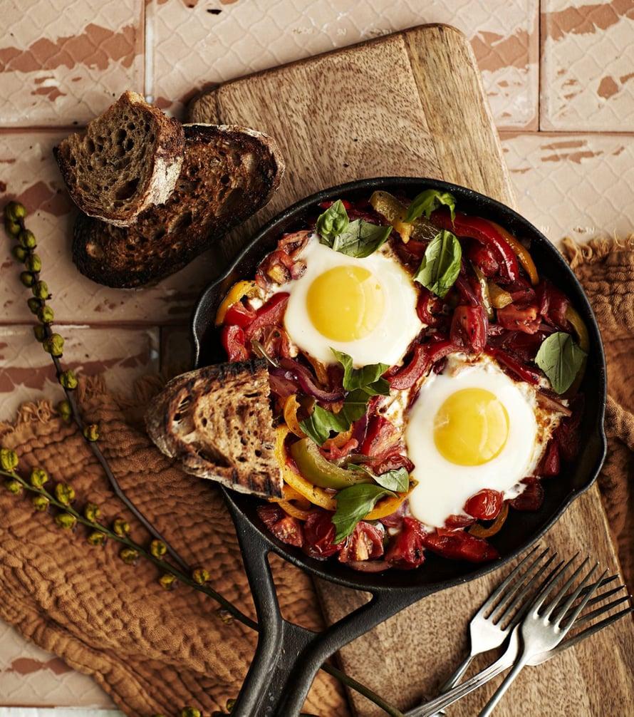 Piperade on ranskalainen kasvispannu, jossa mukana kypsyvät myös kananmunat.