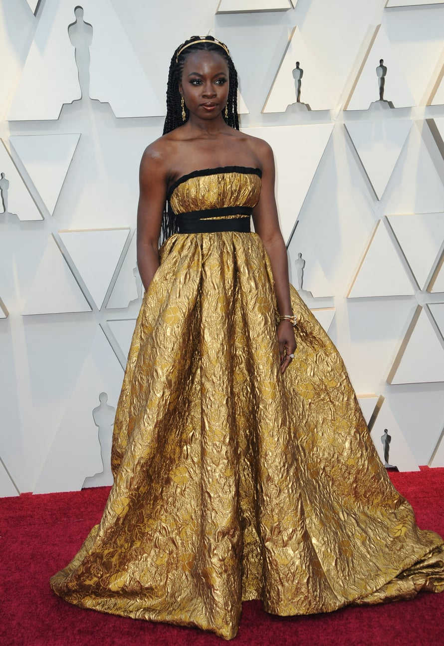 Zimbabwelais-yhdysvaltalainen näyttelijä Danai Gurira oli pukeutunut Brock Collectionin kullanväriseen iltapukuun ja Fred Leightonin koruihin.