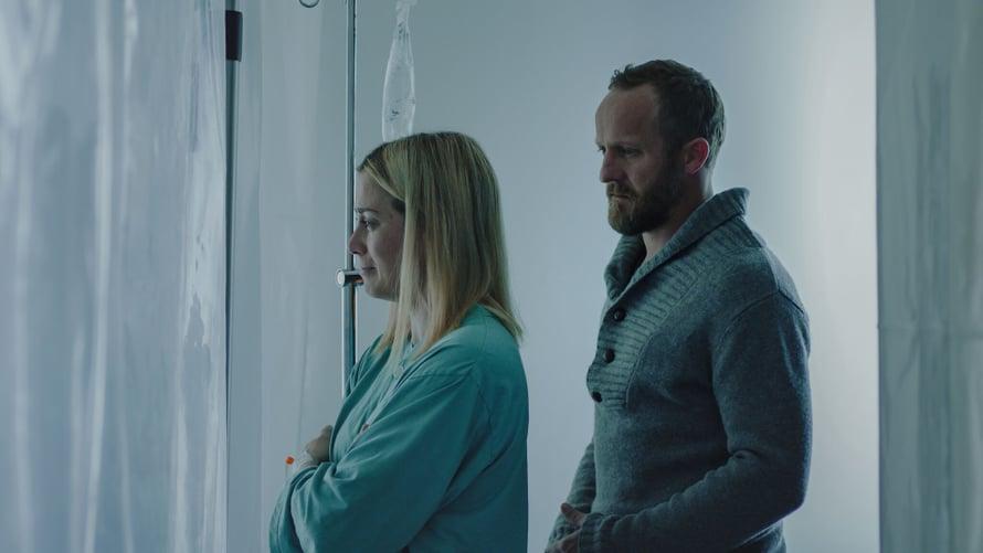 Poliisin ja virustutkijan herkkä hetki sairaalassa. Kuva: Elisa Viihde