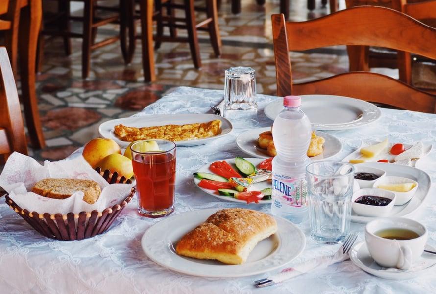 Lomalla on onneksi aikaa nauttia aamupalasta. Mutta tästä miniversiostakin jää ruokajätettä, vaikka kuinka yritän nautiskella. Toisinaan pöydässä on vesimelonia ja banaania sekä paikallisia viikunoita, jotka kaikki ovat suosikkejani.