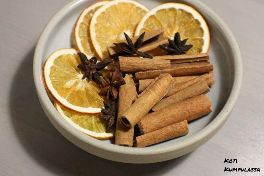 Kuivatut appelsiinit, kanelitangot ja tähtianikset sopivat jouluisiin asetelmiin.