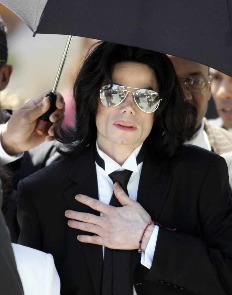 Jackson kuvattuna vuonna 2005 Santa Barbaran oikeustalon edessä sen jälkeen, kun hänet todettiin syyttömäksi. Kuva: Reuters