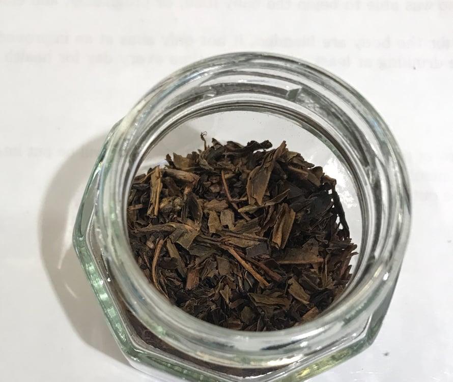 Hojichaan käytetään usein jopa teenlehtien ruotia ja sen koostumus on hieman raffimpaa kuin muiden vihreiden teelajien.