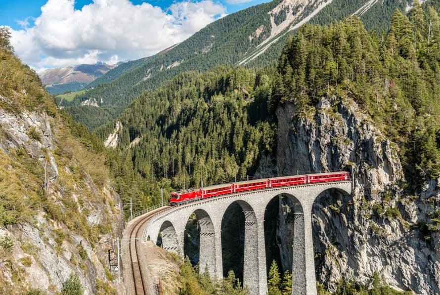 Glacier Expressin pääteasema on Toblerone-patukasta tutun Matterhorn-vuoren juurella Zermattissa.
