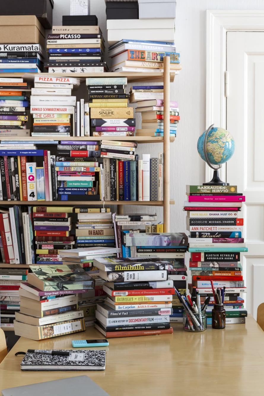 Kirjahyllyn täytyttyä kirjat ovat vallanneet lisätilaa olohuoneen ruokapöydältä.