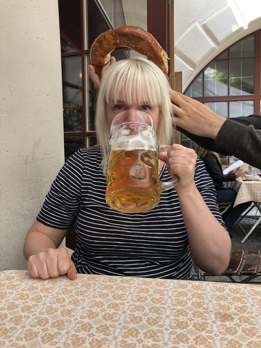 Münchenin kuuluisimmassa panimossa, Hofbäu München Dunkelissa, piti tietenkin tilata litran tuoppi ja jättikokoinen pretzel.