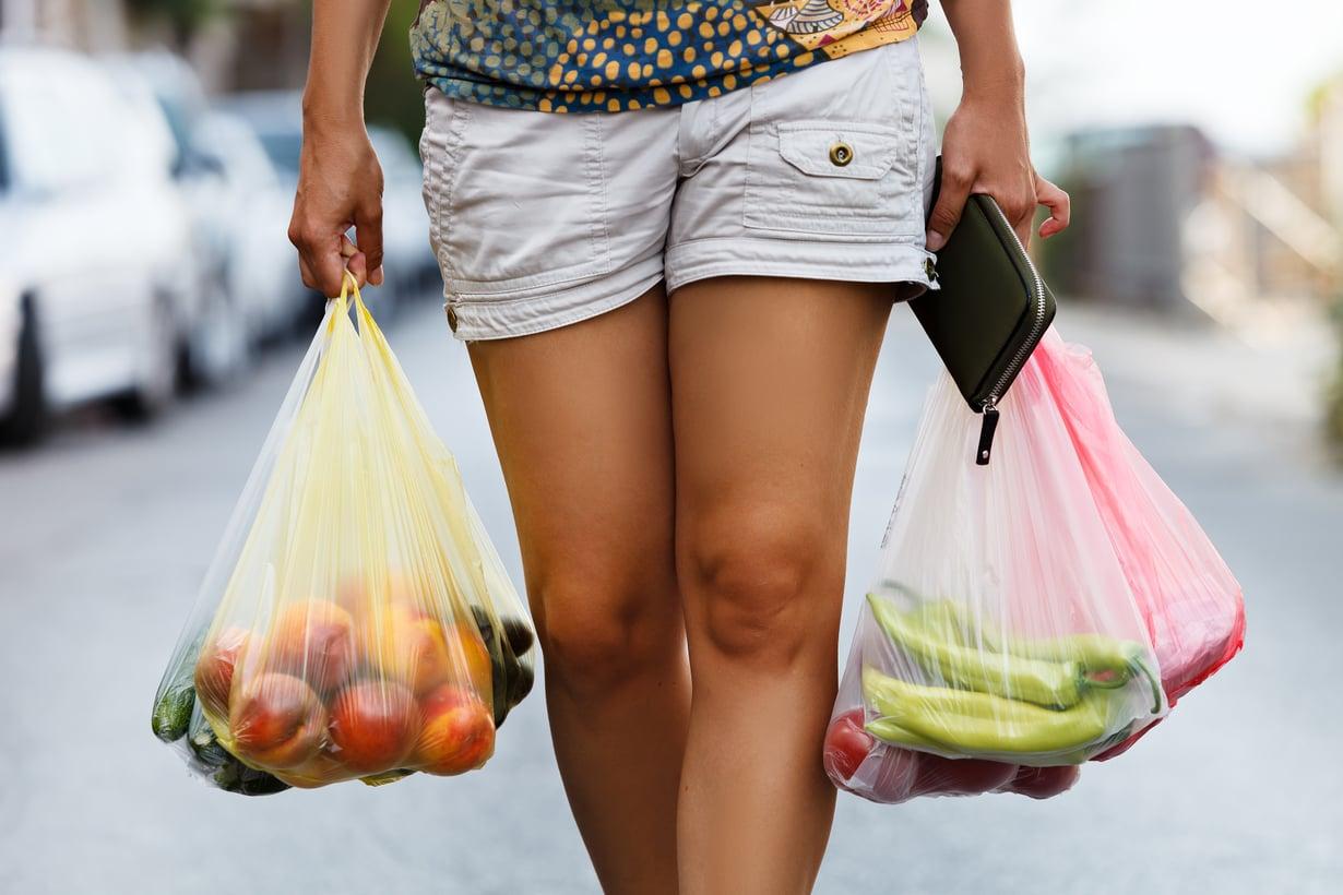 Ihan hirveästi vihannesostoksilla ei säästä, kun punnitsee kasvikset ilman kantoja ja lehtiä. Kuva: Shutterstock
