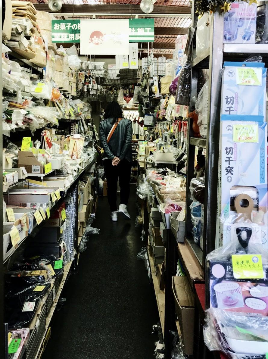 Näissä kaupoissa ei päde japanilainen pikkutarkkajärjestys, vaan tavaraa on tungettu hyllyille paljon.