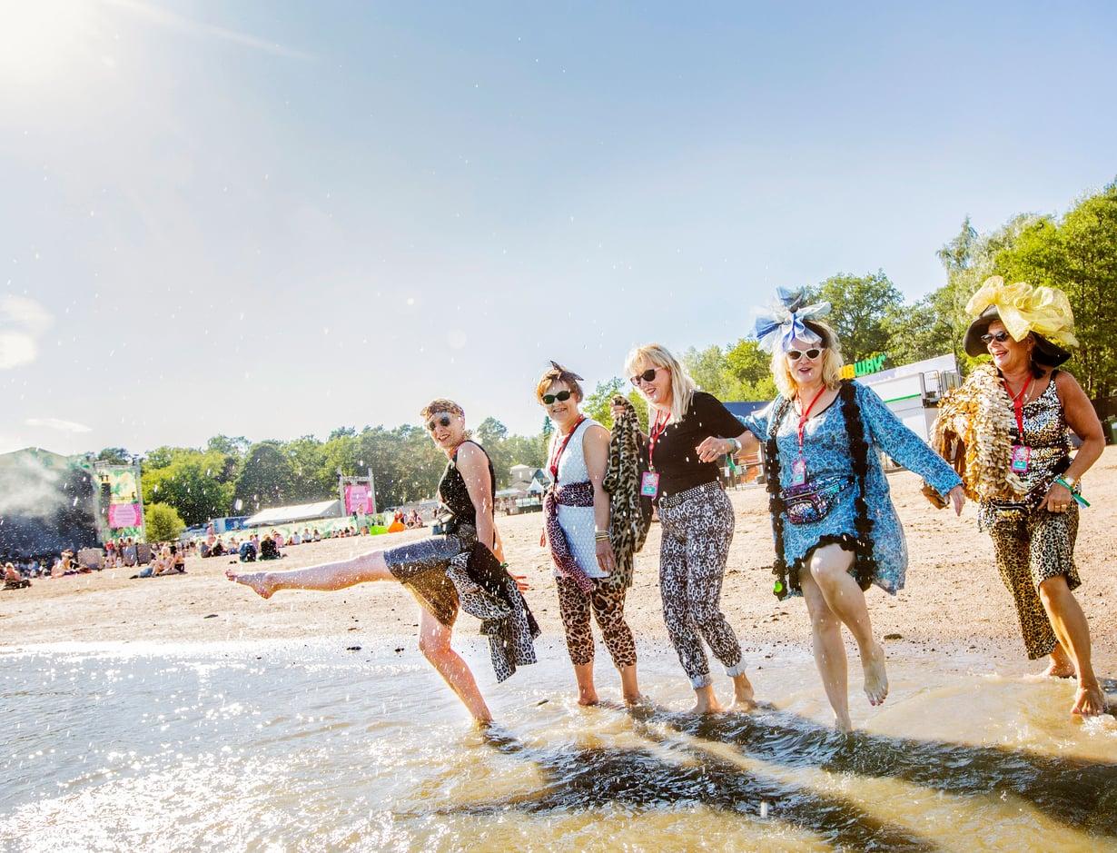 Ruisrockissa viime kesänä pitivät hauskaa Helena Partinen, Soili Miettinen, Jaana Korkeila-Långsjö, Tita Borgman ja Ella Brocke-Hänninen.