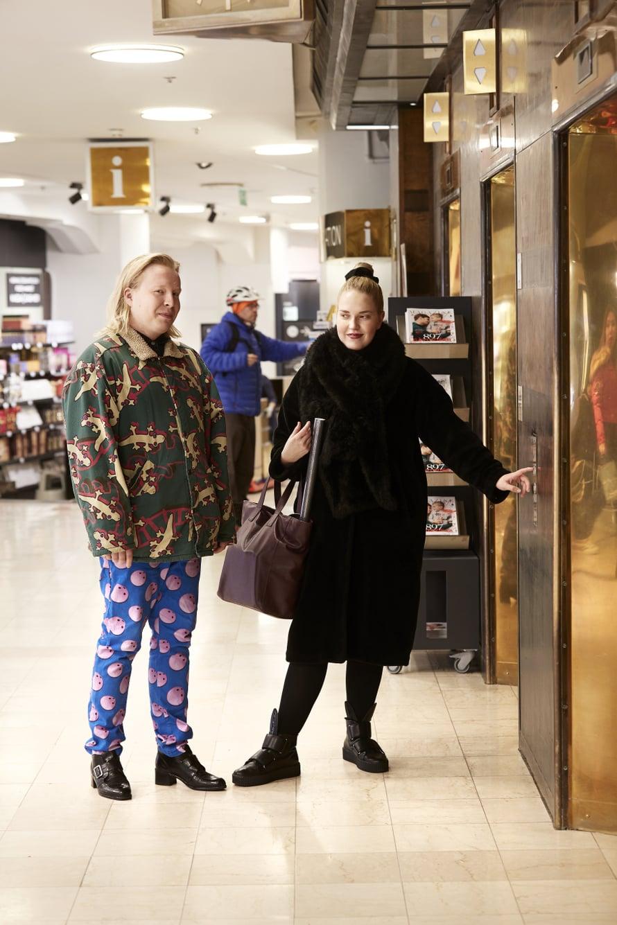 """Stockmannin tavaratalon hissit. """"Ollaan menossa brunssille tuonne yläkertaan. Pöllähtäneisyys johtuu siitä, että on juuri herätty! Kavereita ollaan."""" Otto ja Roosa"""
