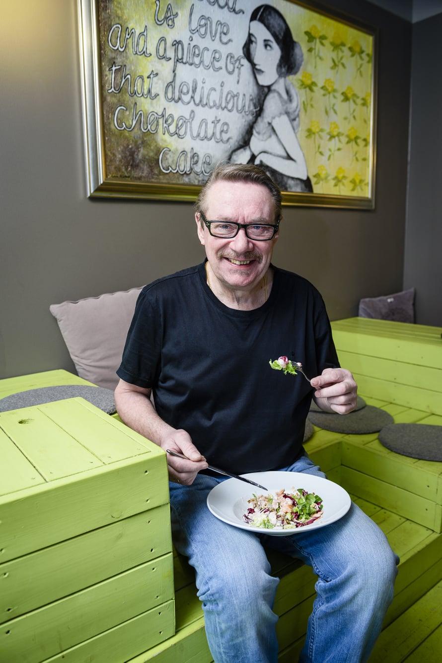 """""""Liian tiukka ei saa olla. Omassa versiossani painoneutraalista ruokavaliosta saan syödä mahani täyteen eikä paino nouse"""", Jouni Heikkinen sanoo."""