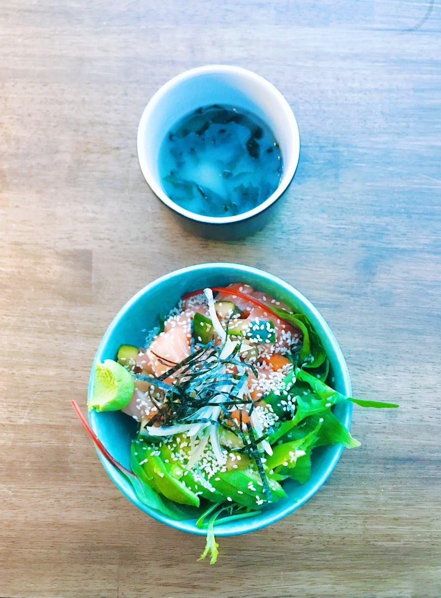 Lohikulho ja misokeitto! Eivät välttämättä niin perinteistä okinawalaista ruokaa, mutta minulle tuttuja ruokia.