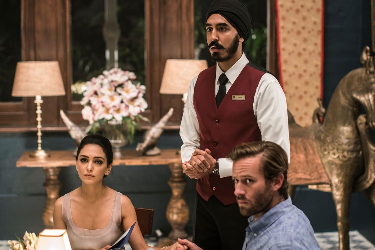 Tarjoilija Arjun (Dev Patel, kesk.) on Hotel Mumbai -elokuvan sankari.