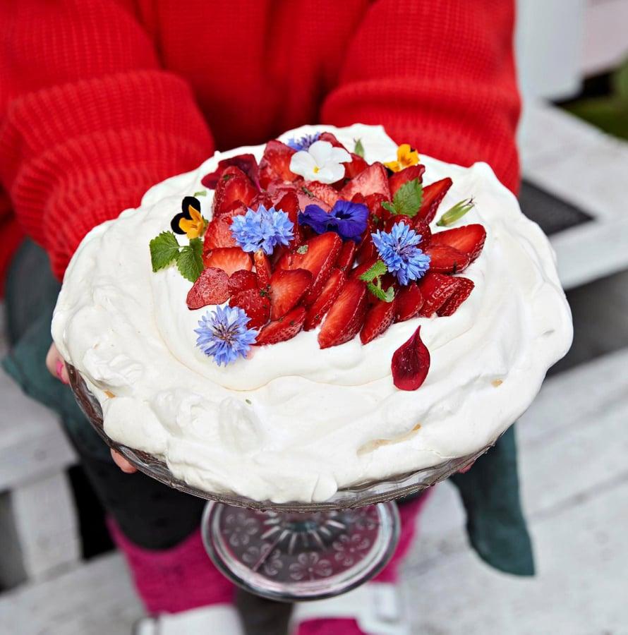 Mansikat? Check! Juhannusruusut? Check! Pavlova on maustettu huumaavan tuoksuisella ruusuvedellä.