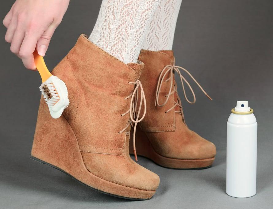 Mokkanahkakenkiä täytyy harjata ja suojata tarpeeksi usein, jopa parin viikon välein.
