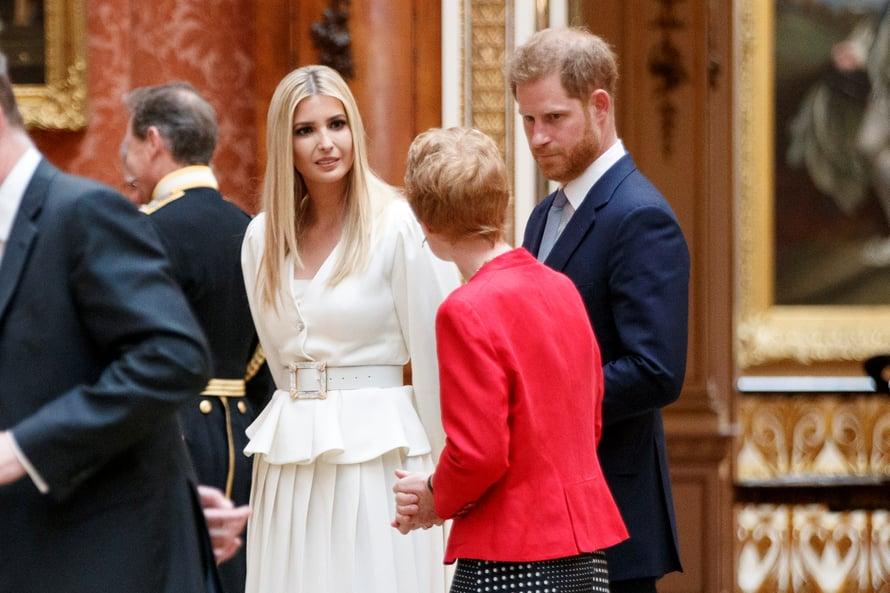 Prinssi Harry vakavana presidentti Donald Trumpin tyttären Ivanka Trumpin ja tuntemattoman naisen seurassa.