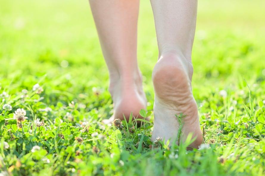 Paljain jaloin kävely on ihanaa ja pidemmän päälle myös terveellistä.
