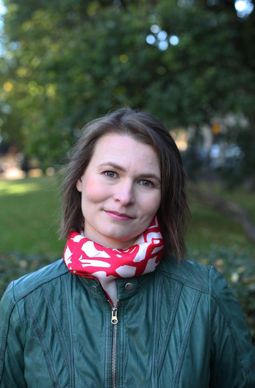 Jenni Sarras on kirjoittanut tavarataidoista myös kirjan. Kuva: Markko Taina.