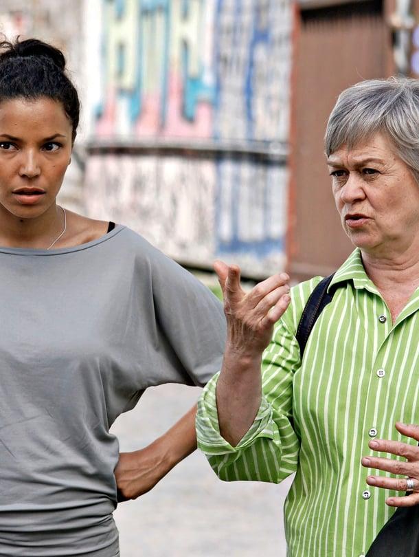 Marja Packalén (oik.) ja Amira Khalifa (vas.) ovat elokuvassa äiti ja tytär.