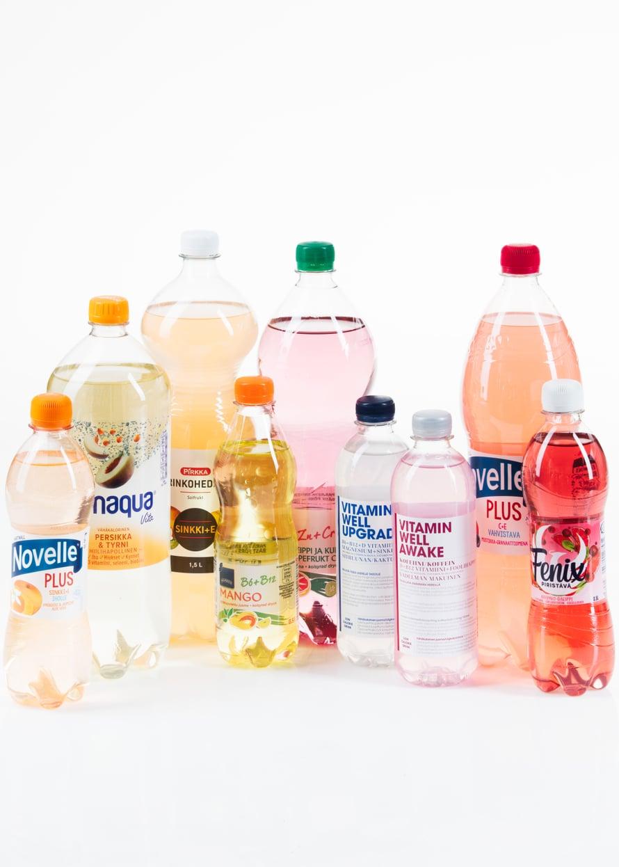 Ruokamarketin vesihyllyssä on paljon juomia, joihin on lisätty muun muassa vitamiineja.