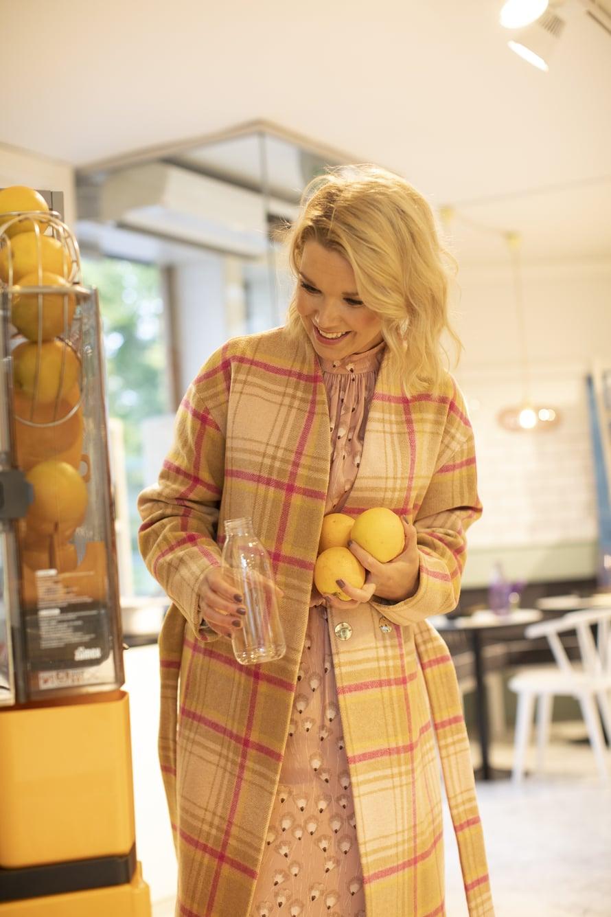 Tuija nauttii tuorepuristetusta appelsiinimehusta, jota on tullut myyntiin lähimarkettiinkin.
