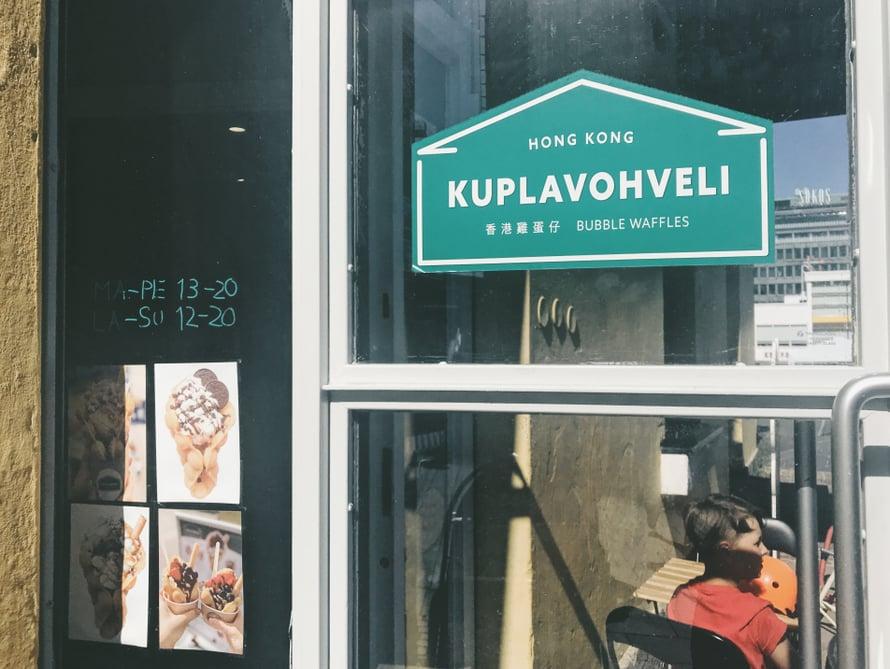 Hong Kong Kuplavohvelipaikalla on erinomainen sijainti keskellä vilkkainta Helsinkiä.