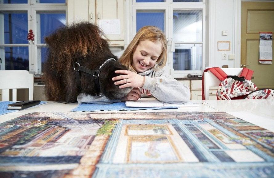 """""""Yleensä saan ottaa ponin sisälle, kun lupaan siivota muutaman ylimääräisen karsinan. Isää pitää taivutella enemmän kuin äitiä"""", Patricia kertoo. Kuva: <span class=""""photographer"""">Juha Salminen</span>"""