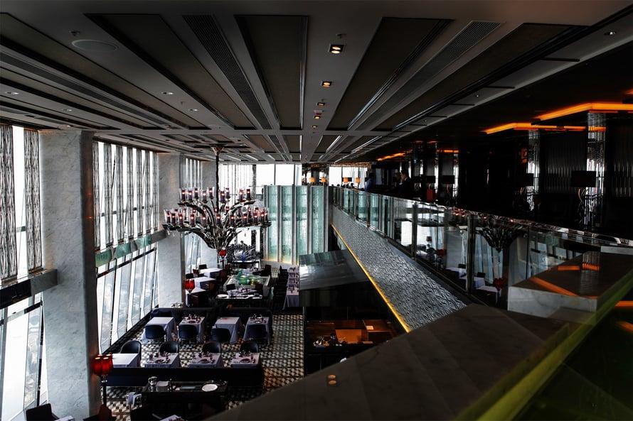 Ritz-Carltonin hotelli tarjoaa drinkit 102. kerroksessa.