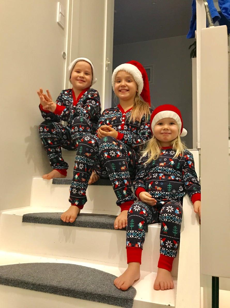 Tänä jouluna hurahdin minäkin ja hankin koko perheelle yhtenäiset joulupyjamat. Ainoa ongelma on, että jostain syystä mies ei ole varsinaisesti innostunut tonttu-unelmastaan!