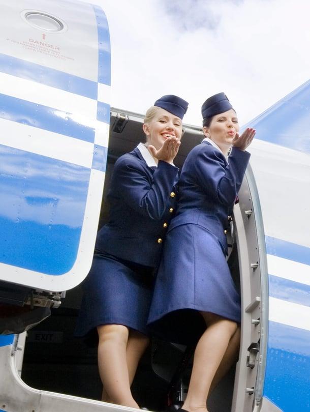 """Esimerkiksi Malaysian Airlinesillä on painoindeksiraja lentoemännille ja stuerteille. Naisilla painoindeksin pitää olla 22–25, miehillä 25–28. Ryanairilla lentoemännän tulisi taas olla 'sopusuhtainen'. """"Finnairilla ei ole painorajaa"""", Annina Metsola Finnairin viestinnästä kertoo. Kuvassa Finnairin retrokone, joka julkistettiin vuonna 2008."""
