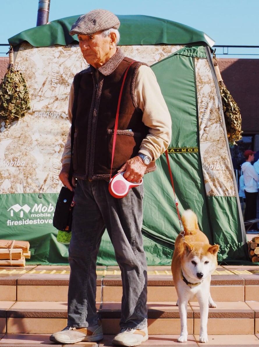 Shiba-koira ei halunnut saunaan, mutta omistaja oli kiinnostunut suomalaisesta saunakulttuurista.