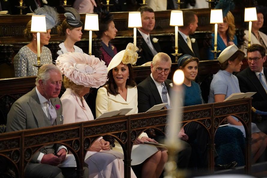 Kuninkaallinen perhe istuu juhlassa paraatipaikalla. Kuva: Reuters