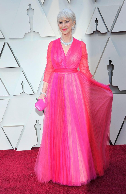 Näyttelijä Helen Mirrenin Schiaparellin iltapuvussa oli useita pinkin sävyjä.