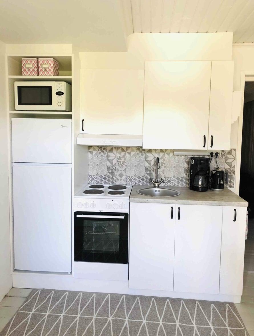Ilmaiseksi haettu keittiö sisälsi kaiken muun tarvittavan paitsi jääkaapin ja mikron. Ne pariskunnalla oli entuudestaan valmiina.