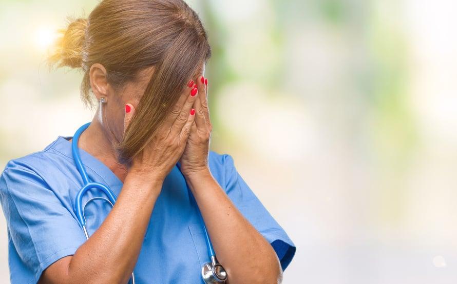 """""""Oisko sulla aikaa hoidella mua?"""" Hoitoalalla työskentelevä 22-vuotias nainen on joutunut kuulemaan usein työssään härskejä ehdotuksia. Kuvituskuva."""
