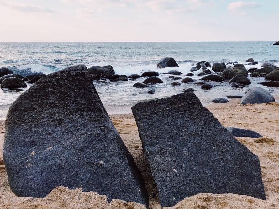 Järeähköt kivet rannalla.