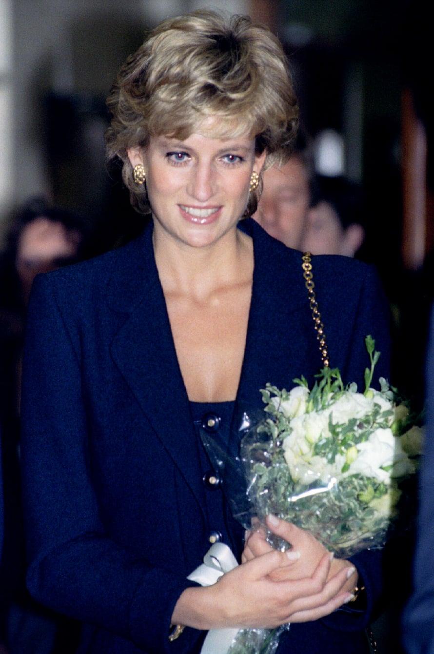 90-lukua lähestyttäessä Diana luopui föönatusta tyylistä ja leikkasi hiuksensa aiempaa lyhyemmäksi. Kuva vuodelta 1989.