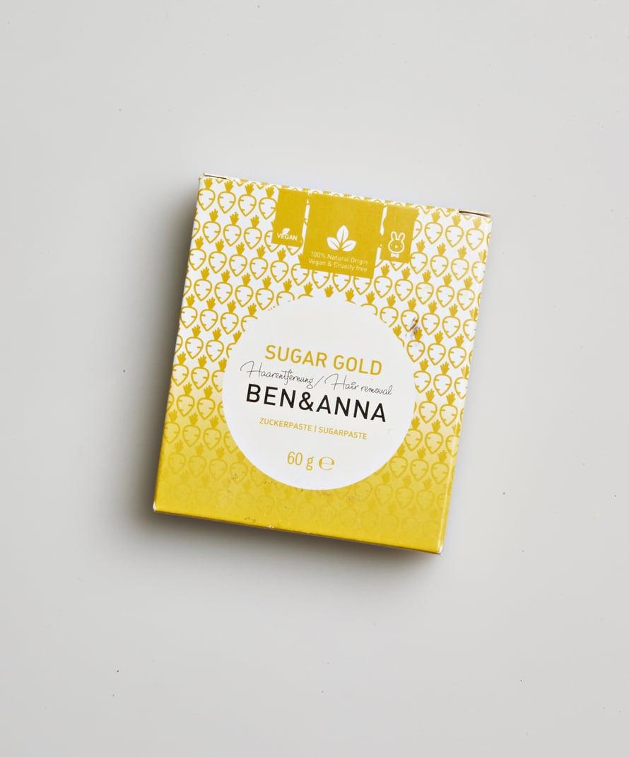 Ben & Anna Sugar Gold -ihokarvanpoistosokeri on helppo levittää. Se kiinnittyy ihoon hyvin, mutta sopii myös herkille alueille, 7,99 €.