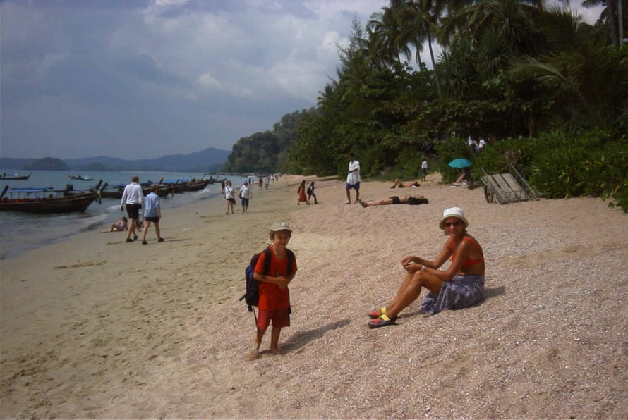 Reppu on melkein miestä suurempi, mutta se ei hiljentänyt menoa Koh Hailla vuonna 2001.