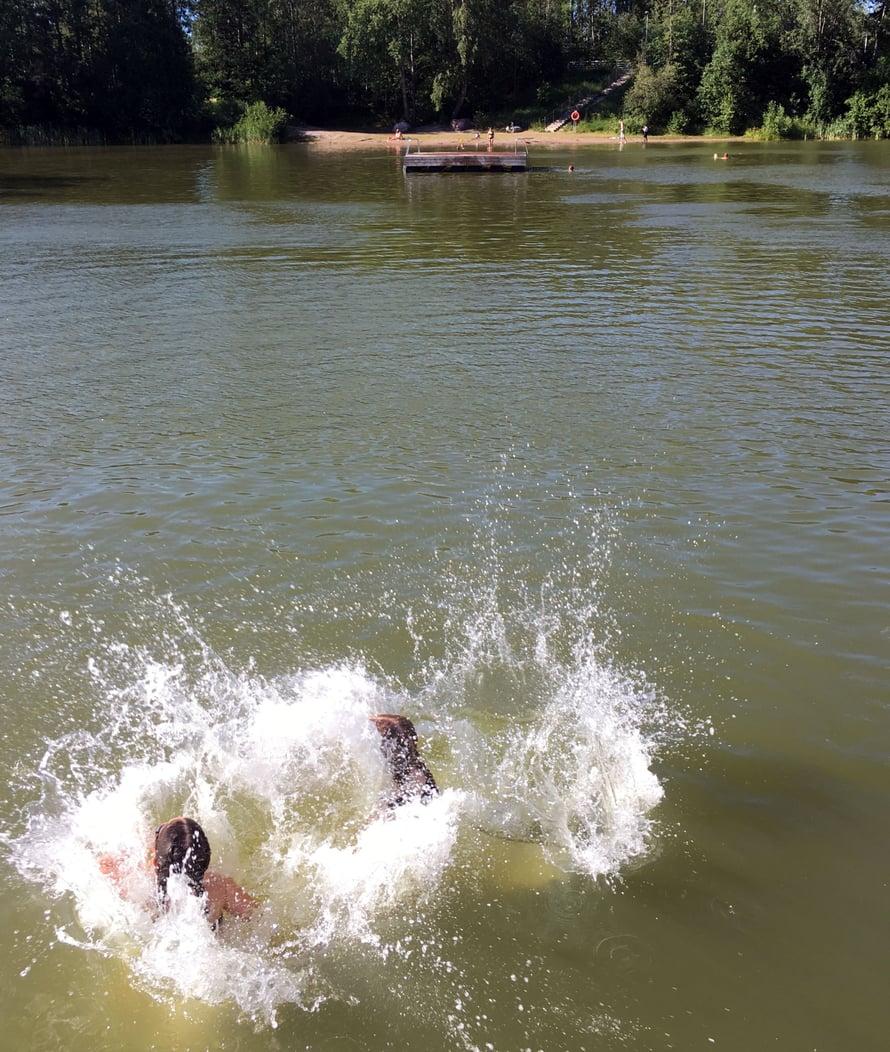 Uida voi, vaikka ei olisi lämmin! Sen tietävät varsinkin lapset. (Ja onpa rannalla kerrankin ihanan väljää.)