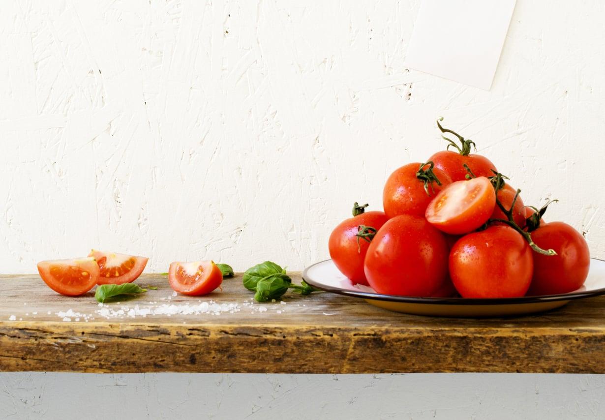 Tomaattisäilyttää makunsa parempana huoneenlämmössä kuin jääkaapissa.