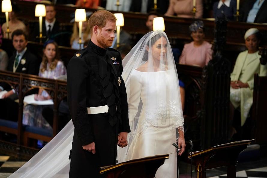 Meghan ja Harry tänään 19.5. alttarilla. Harry edustaa perinteisessä univormussa. Kuva: Reuters