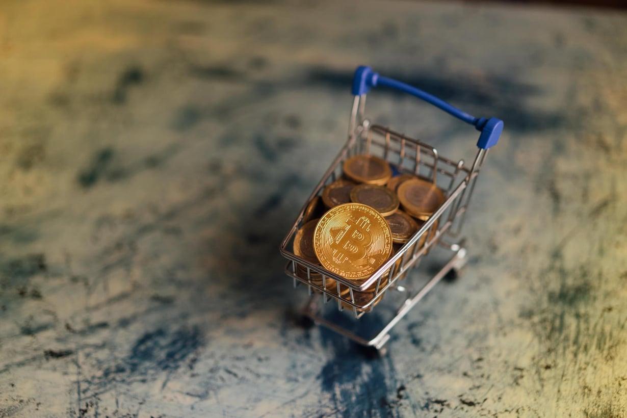 Bitcoinin arvo vaihtelee rajusti: vuosi sitten yksi bitcoin maksoi alle tuhat euroa, jouluna hinta oli yli 16 000 euroa ja nyt lähes puolet siitä, noin 8 800. Kuva: iStock