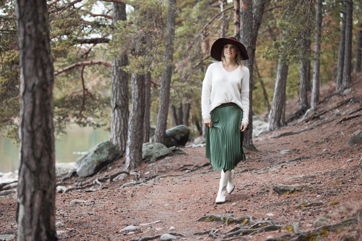 Emilia Vuorisalmi on muuttanut Helsingin keskustasta merellisiiin ja metsäisiin maisemiin.