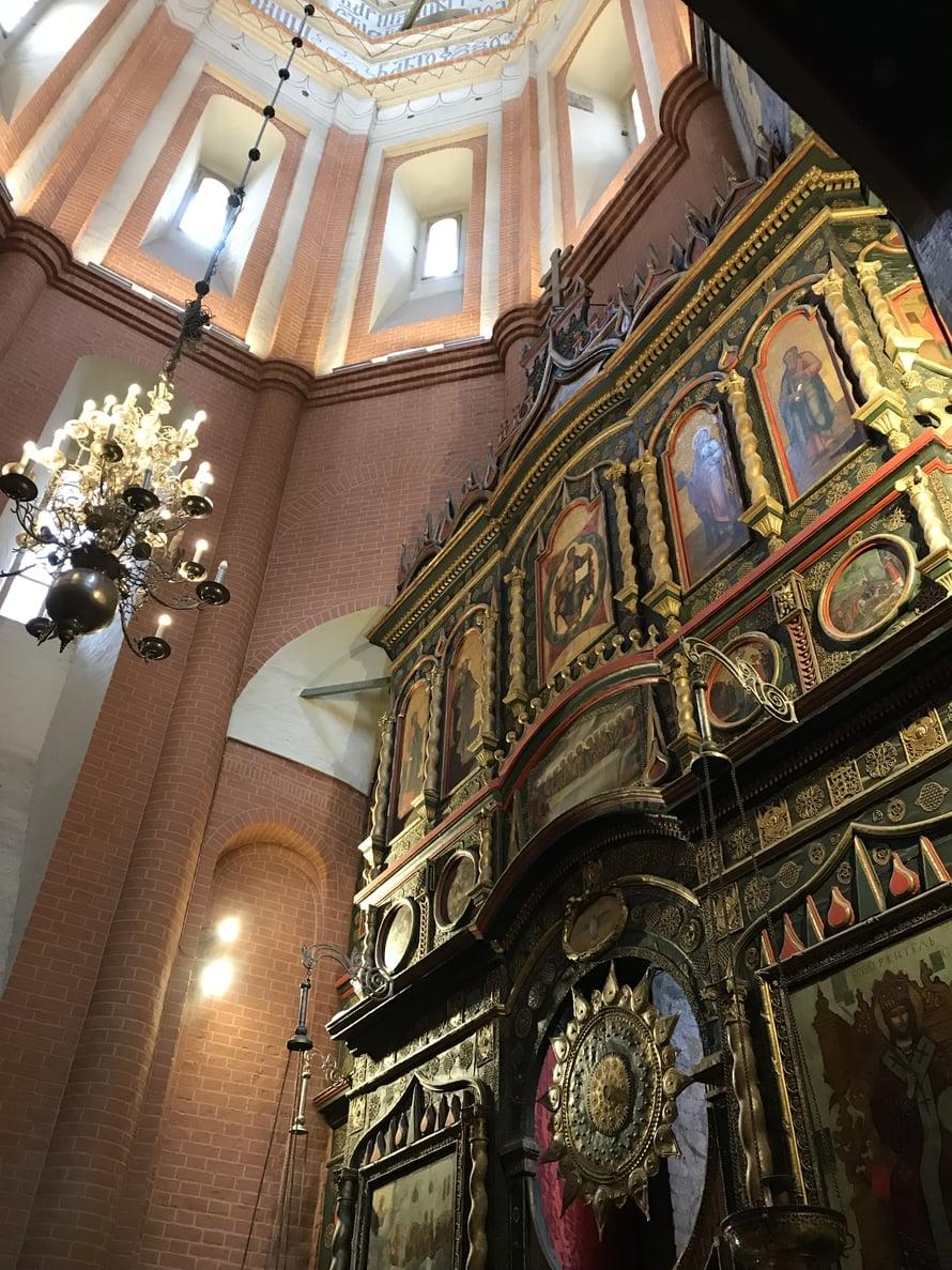 Sisältäkin Pyhän Vasilin kirkko on hyvin kaunis, mutta yllättävän pieni ja sokkeloinen.