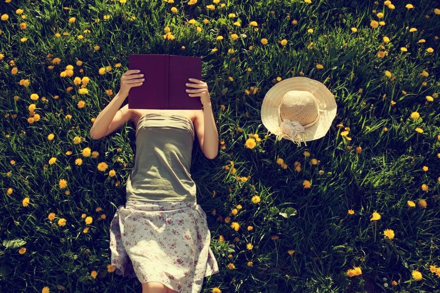 """Parhaimmillaan self help -kirja tehoaa kuin terapia. Mutta itsensä kehittäminen voi mennä myös överiksi. Kuva: <span class=""""photographer"""">Shutterstock</span>"""