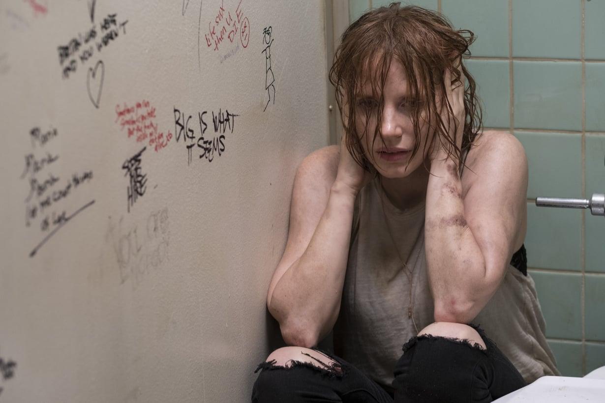 Jessica Chastain näyttelee väkivaltaisessa suhteessa elävää Beverlyä.