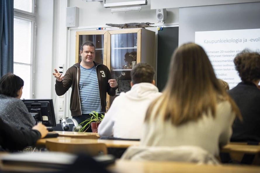 """Tutkijan työstä iso osa on kirjoittamista. Vastapainoksi Tuomas myös puhuu mielellään, kuten nyt lukiolaisille. """"Lisäkysymyksistä tulee tunne, että työni ja ekologia kiinnostaa."""""""