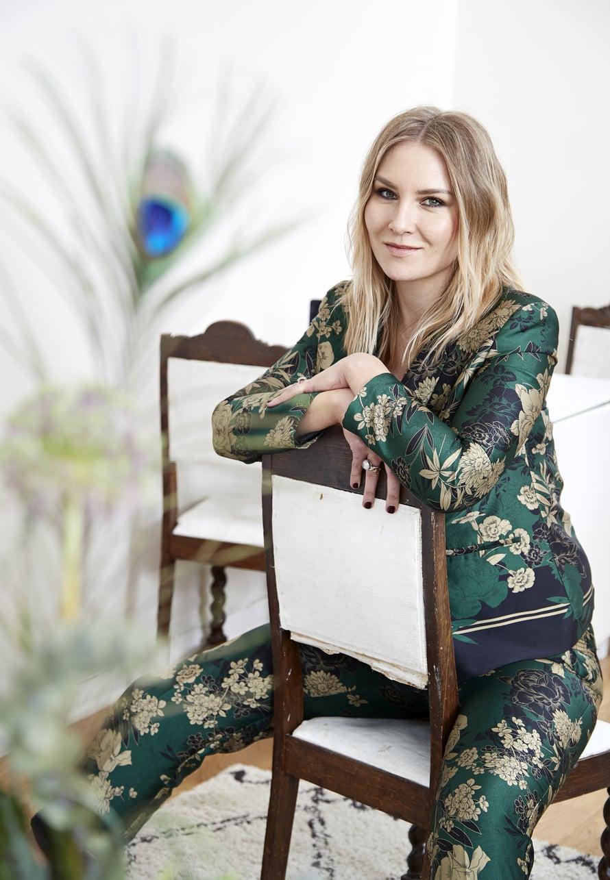 Vaikka Miia ei ole jakkupukutyyppi, Zaran jakkupuvun printti ja värikkyys viehättivät. Miia käyttää asua usein töissä.